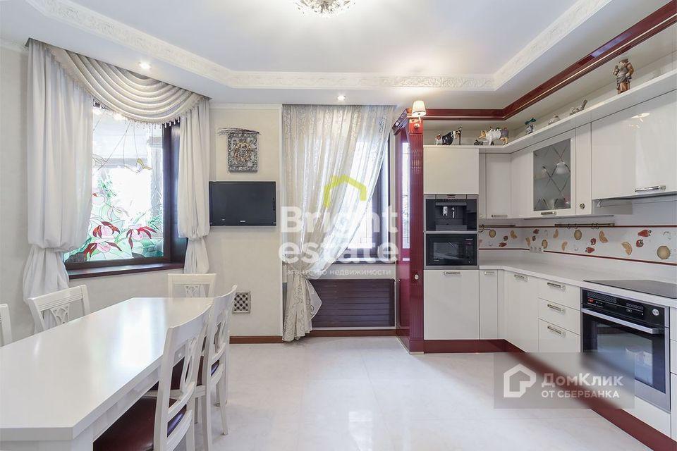 Продаётся 4-комнатная квартира, 183 м²